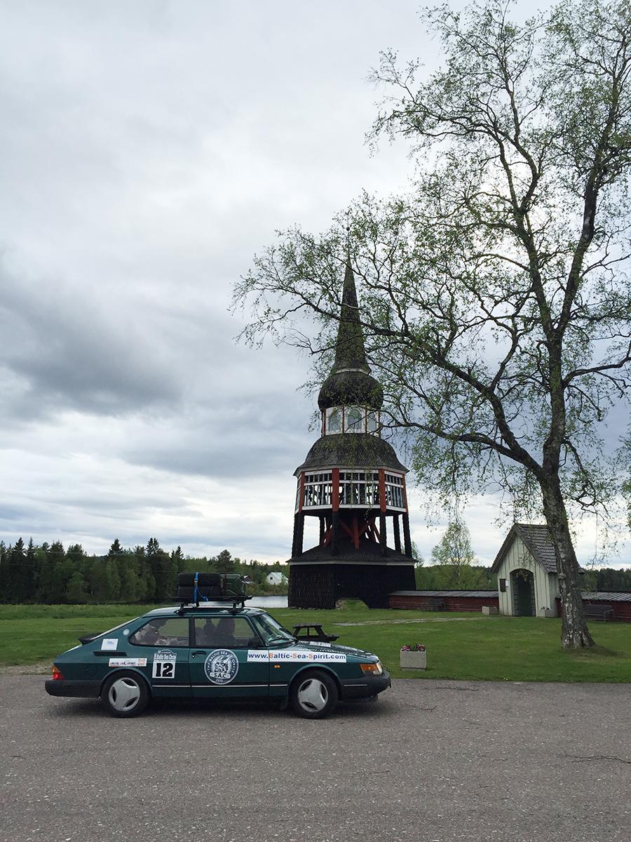Saab 900 vor Kirche