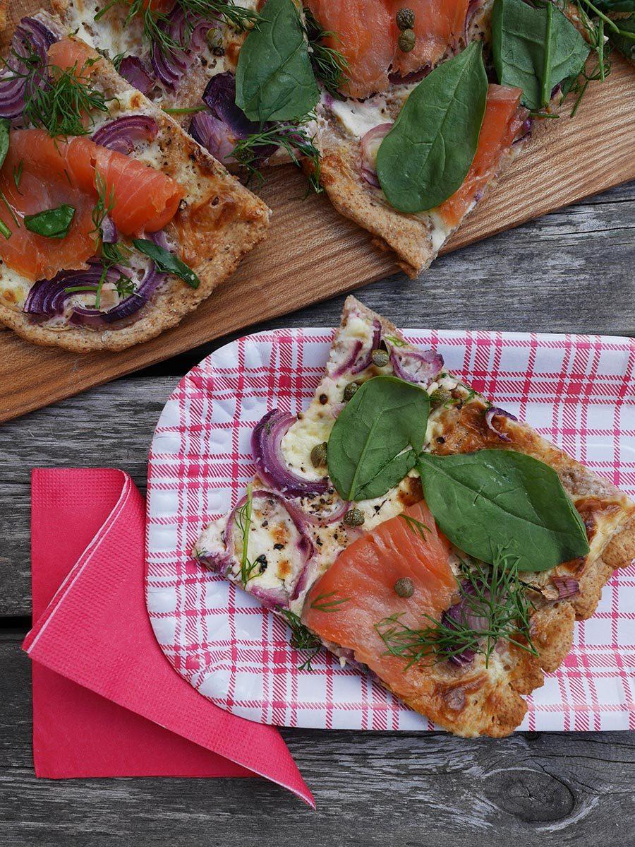 Lachspizza mit Roggenteig