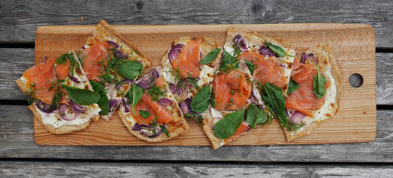 Pizza mit Lachs belegt