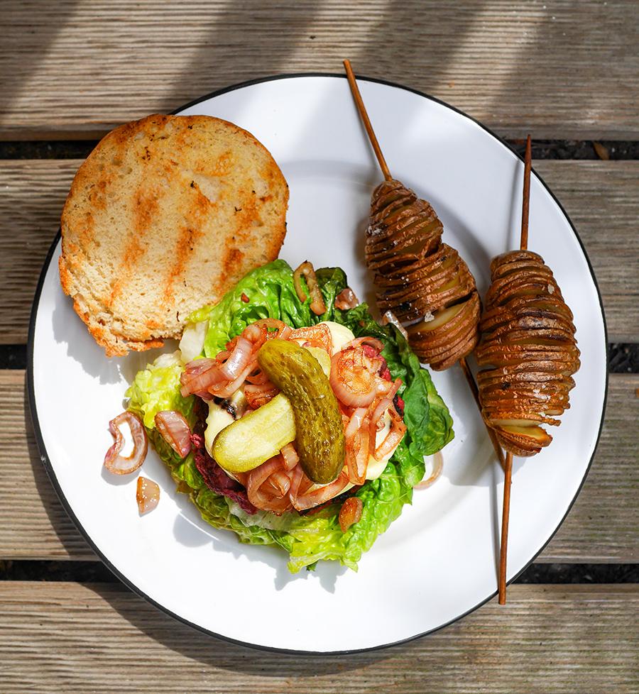 Burger mit Fächerkartoffeln